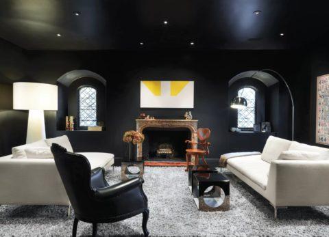 Несмотря на чёрные стены и потолок, комната не кажется тёмной