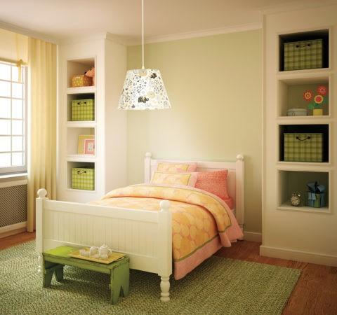 Низко подвешенный светильник с цветастым абажуром в спальне девочки