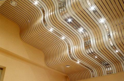 Объемная поверхность потолка имеет множество изгибов