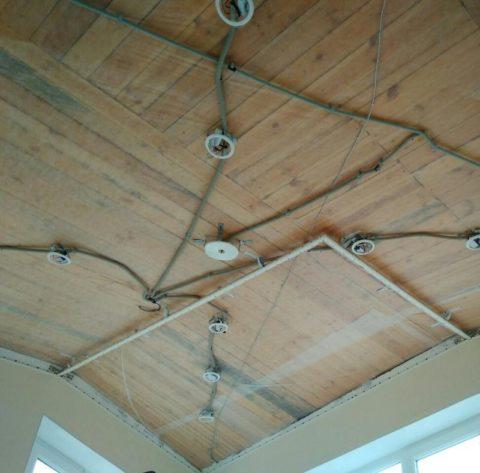 Облицованные гипсокартоном или другим материалом стены не усложняют эту задачу