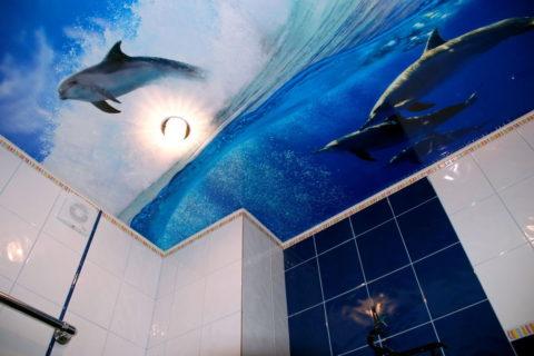 Облицовка потолочной поверхности в ванной комнате