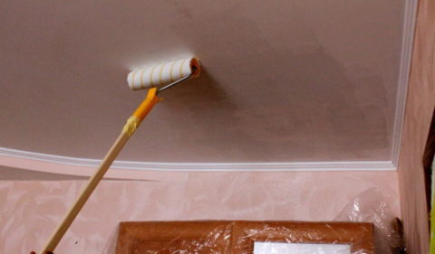 Обработка потолка грунтом
