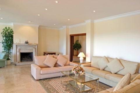 Образцы подвесных потолков из гипсокартона: классический плоский потолок