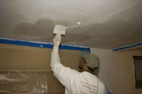 Обязательно прогрунтуйте потолок — это существенно улучшит его состояние