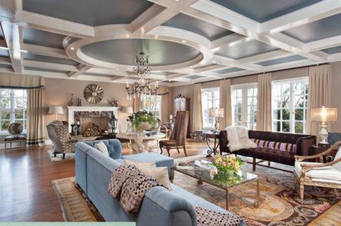Очень большой потолок в гостиной без кессонов смотрелся бы невыразительно