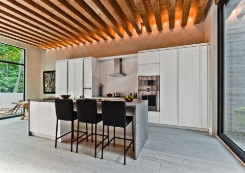 Очень красивый и эффектный реечный потолок, но из бруса