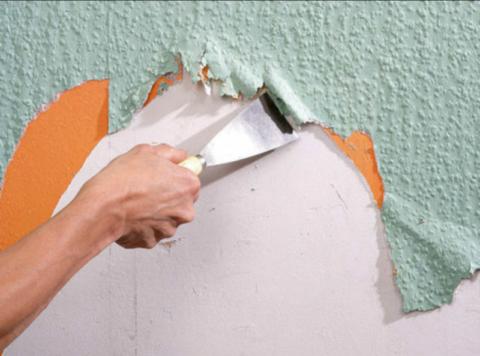 Очистка потолка от обоев