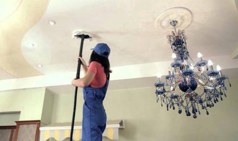 Очистка потолка пылесосом с мягкой насадкой