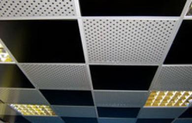Комбинированный потолок из гладких и перфорированных кассет