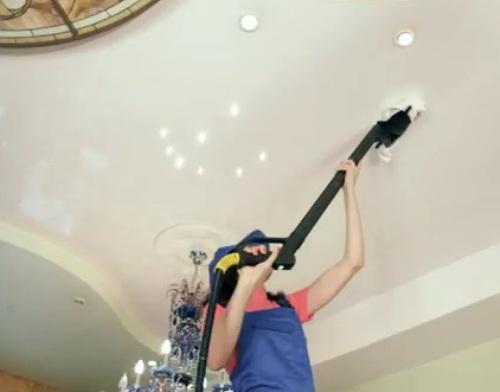 Чисто вымытый потолок создаёт впечатление новизны