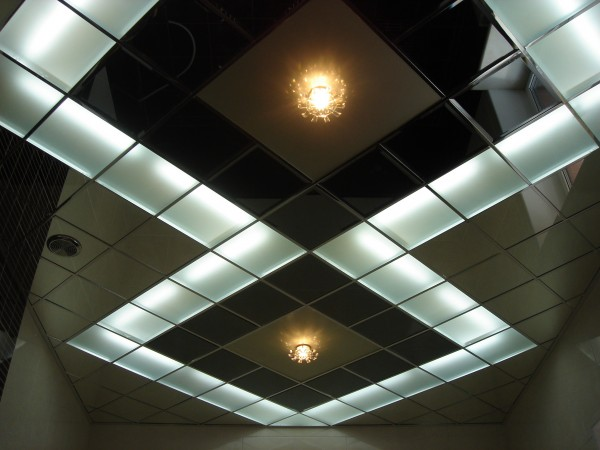 Кассетный потолок с декоративными вставками