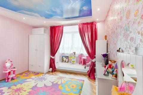 Оформление комнаты девочки с организацией игровой зоны на территории присоединенного балкона