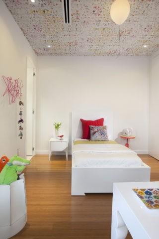 Оформление маленькой детской комнаты акцентным потолочным покрытием