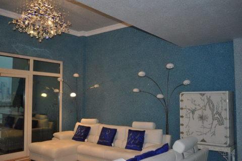 Оформление стен и потолка в гостиной