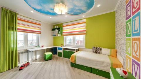 Оформление яркой детской комнаты – белый цвет уравновешивает сочные оттенки