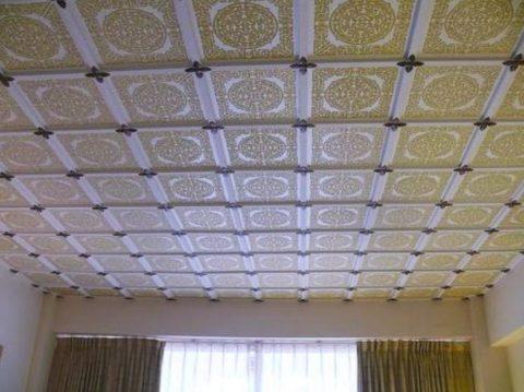 Оклеенный потолок