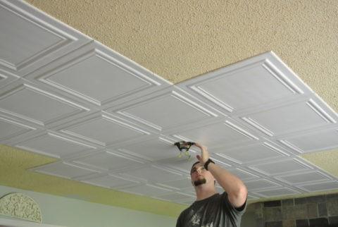 Оклейка потолка в процессе