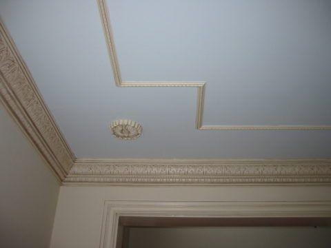 Окрашенный в цвет стен, молдинг визуально увеличивает их высоту