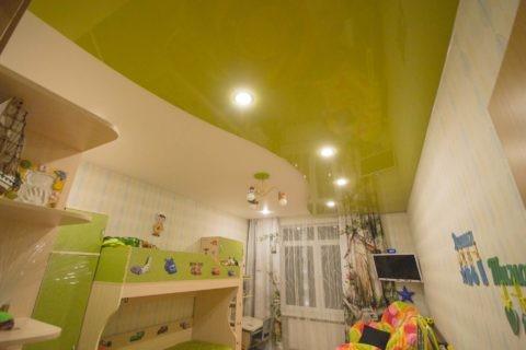 Оливковый оттенок не выглядит слишком ярким, и органично сочетается с зеленоватыми вставками на мебели