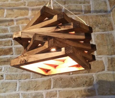 Оригинальный абажур из деревянных рамок