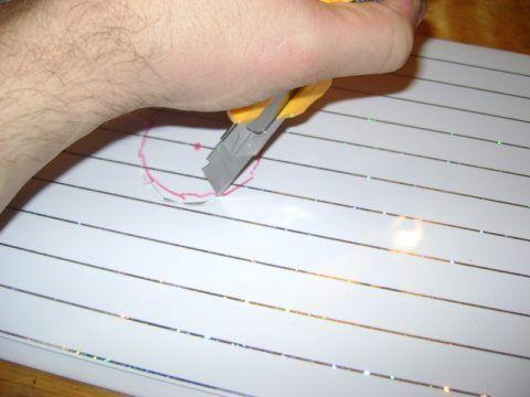 Острый нож легко режет тонкий пластик