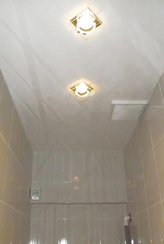 Освещение и вентиляция в подвесном потолке туалета