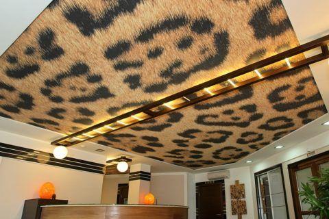 Освещение потолка особенно важно, если на нем нанесены узоры или рисунки