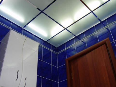 Освещение, установленное над стеклянными панелями