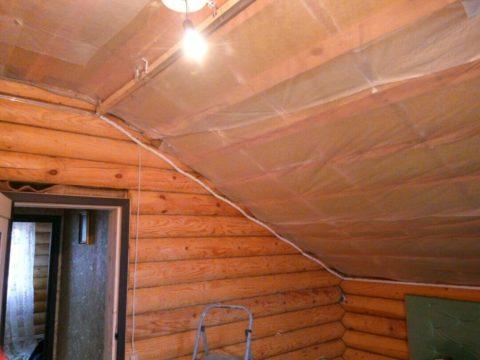 От пыли, опилок и мелкого мусора спасет обычная пароизоляция, подшитая к основному потолку