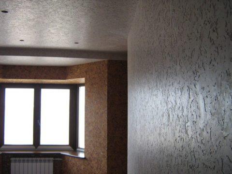 Отделанные пробковым покрытием пол и потолок
