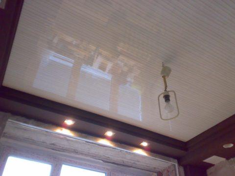 Отделка панелями кухонного потолка