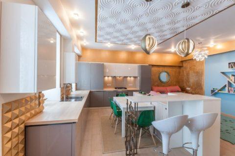 Отделка потолков на кухне пенопластовой плиткой при умелом сочетании с остальными материалами смотрится великолепно