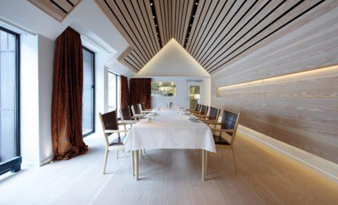 Открытый реечный потолок с контрастным базовым основанием