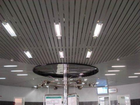 Открытый реечный потолок с растровыми светильниками
