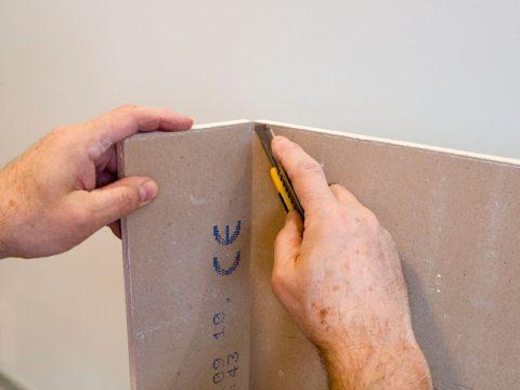 Отломив гипсовый сердечник, отрежьте картонную оболочку с тыльной стороны листа