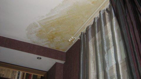 Отремонтированный потолок после потопа