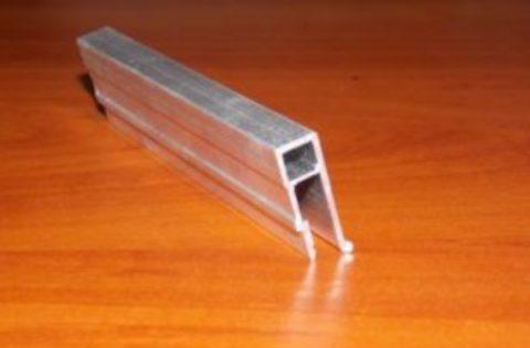 П-образный настенный багет отличается повышенной жесткостью и прочностью