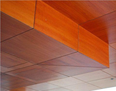 Панели МДФ на потолке образуют стильное лаконичное покрытие
