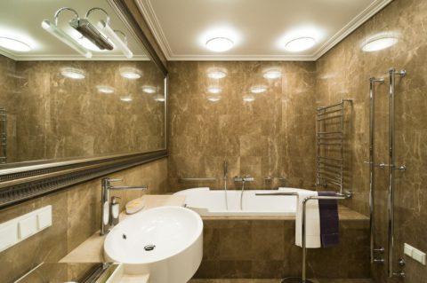 Парные накладные светильники на потолке ванной