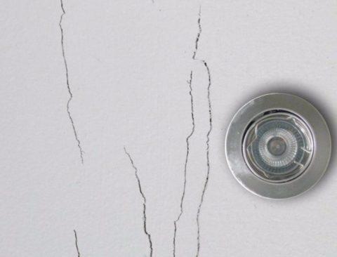 Перегрев пространства над гипсокартонным потолком привел к появлению трещин по швам