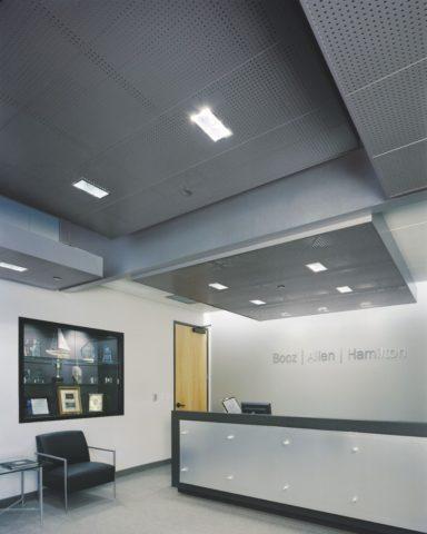 Перфорация в потолочном покрытии великолепно защищает помещение от посторонних звуков