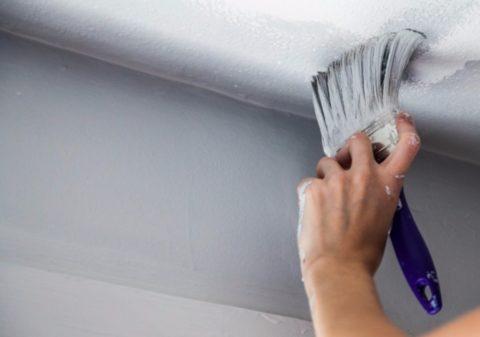 Первыми красьте примыкания к стенам