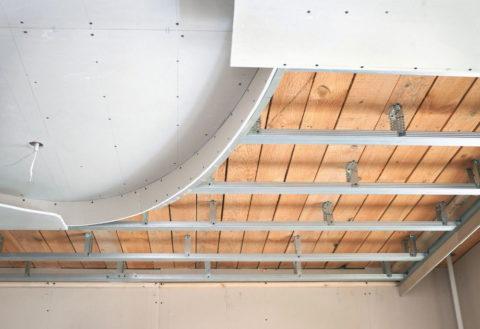 Первый уровень потолка совпадает с базовым основанием, а второй опускается с помощью подвесов