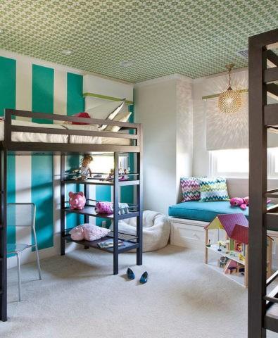 Пестрые обои на потолке помогут скорректировать высоту помещения