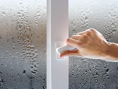 Плачущие окна говорят о повышенной влажности в помещении