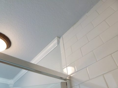 Пластиковый потолочный плинтус в ванную