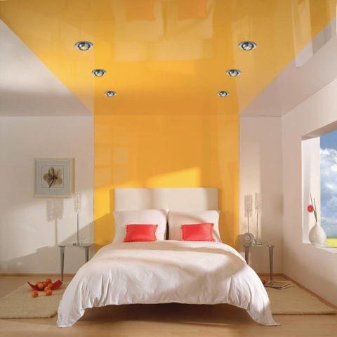 Пленочное покрытие на потолке в спальне