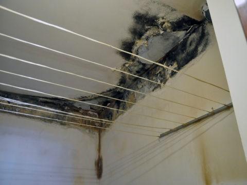 Плесень на потолке в ванной появляется при периодических затоплениях соседями