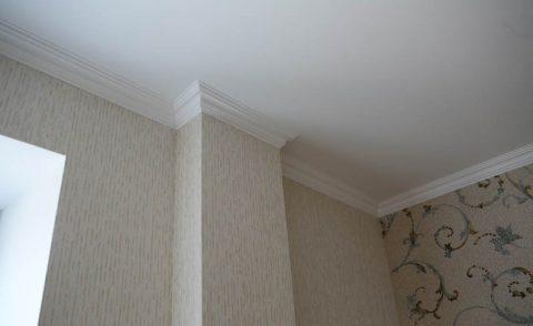 Плинтус, окрашенный под цвет потолка