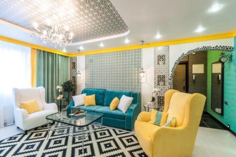 Окрашивается либо в цвет поверхностей стен или потолка, либо в контраст